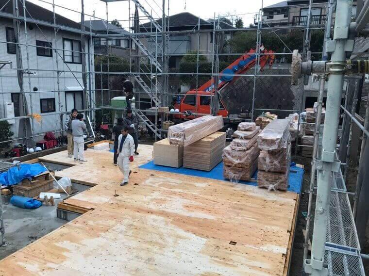 1階の土台、柱を順に組み立て