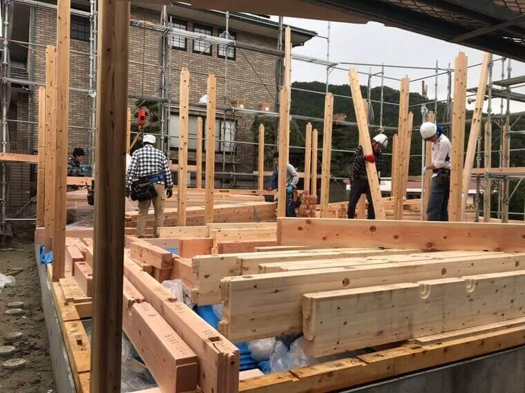 1階の土台、柱を順に組み立て2