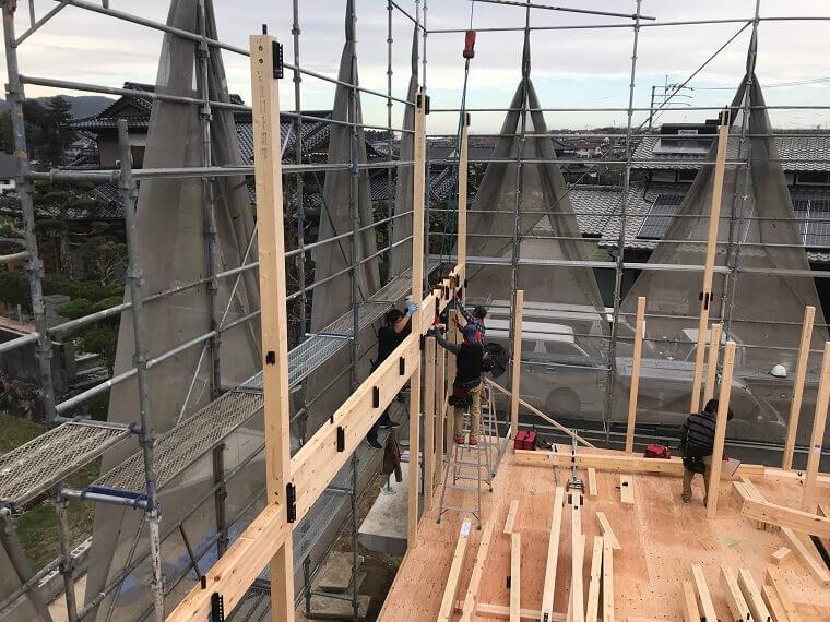 空を眺める家 2階梁の組み立て