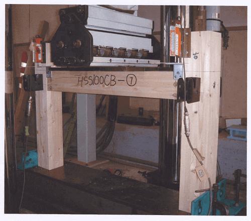 柱と梁にHSS金物を接合し荷重をかけた時の強度試験状況