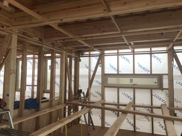 福岡県の施工現場-木の柱と梁と筋交い架構状況