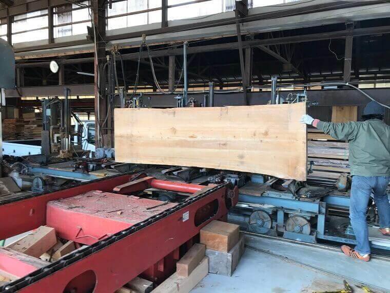 無垢の吉野杉一枚板 製材工程1