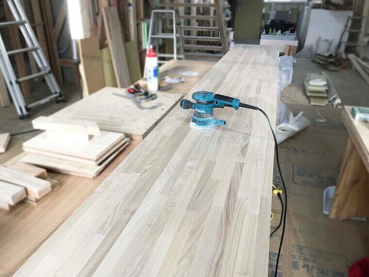 マキタの電動仕上サンダーで木表面を仕上ている様子