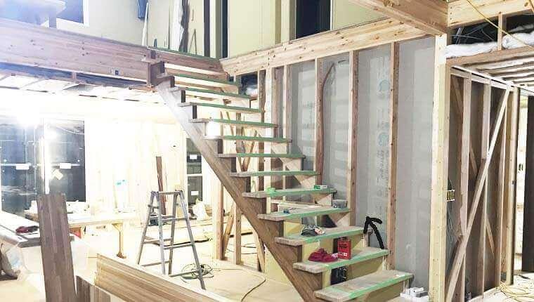 吹抜け空間に設置したエントランス階段の全体