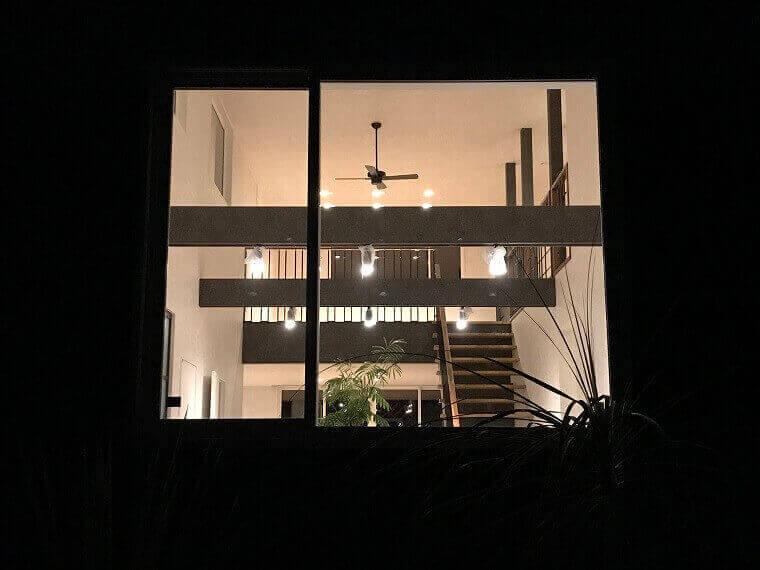 空を眺める家